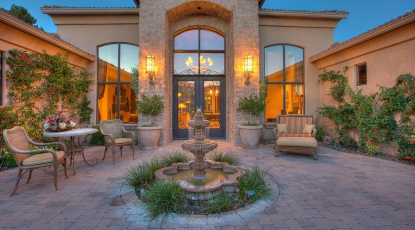 destination-m-paradise-valley-courtyard