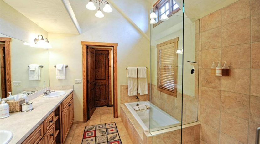roaring-fork-fractional-cabin-bathroom