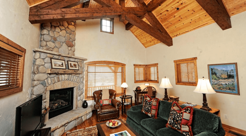 roaring-fork-fractional-cabins-living-room
